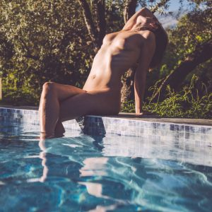 international kinky GFE escort Louisa Knight naked poolside
