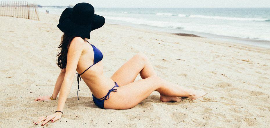 Image of international escort Louisa Knight on the beach